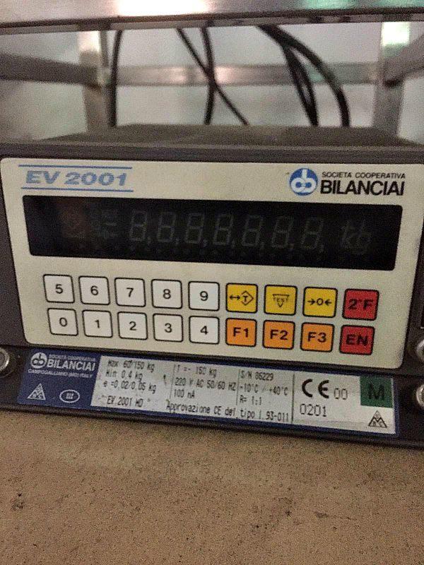 Bilancia_su_cavalletto_e_visualizzatore_digitale_attrezzatura_officina_meccanica