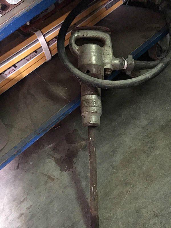 Compressore_elettrico_con_gomma_e_martello_attrezzatura_officina_meccanica