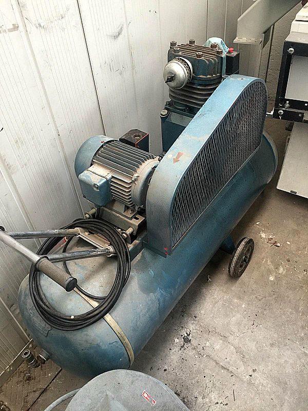 Compressore_da_300_litri_a_pistone_attrezzatura_officina_meccanica